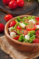 ensalada de tomate con lechuga, queso y mostaza y aderezo de ajo foto