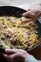 carne asiática tradicional se reúnen con verduras