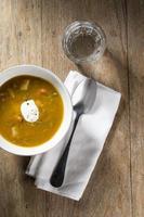 sopa de verduras en una mesa de madera foto