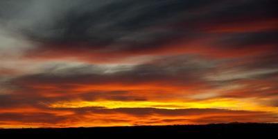 puesta de sol naranja brillante foto