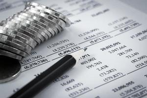 diagrama comercial no relatório financeiro com moedas