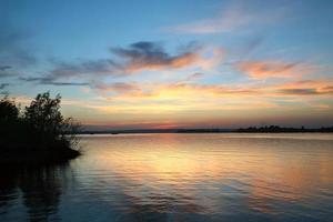 puesta de sol sobre el río