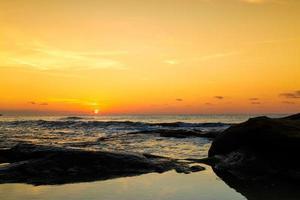 bela vista do mar ao pôr do sol