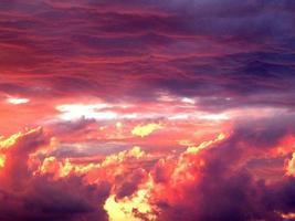 volando a través de la puesta del sol foto