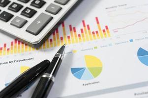 pluma y papel de informe, conceptual empresarial foto