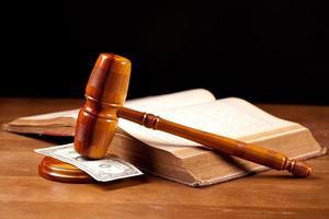 martelo de juiz com dinheiro closeup