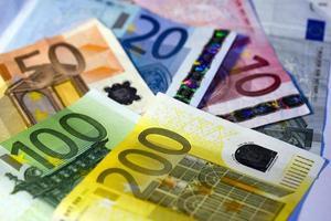 notas de euro em outro em segundo plano