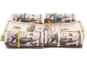 Rollo de billetes de dólar aislado sobre fondo blanco. foto