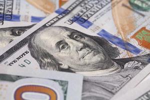 Retrato de primer plano de Benjamin Franklin en billete de cien dólares foto