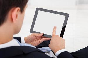 empresario con tableta digital en la oficina