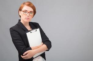 Empresaria con hoja de papel blanco foto