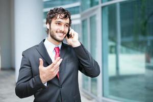 hombre de negocios hablando por teléfono foto