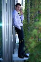 Retrato de hombre de negocios mediante teléfono móvil