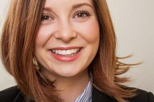 selbstbewusste junge lächelnde Geschäftsfrau