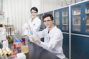 dos jóvenes cultivan experimentos de investigación científica foto