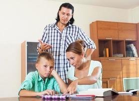 los padres regañan a su hijo de bajo rendimiento