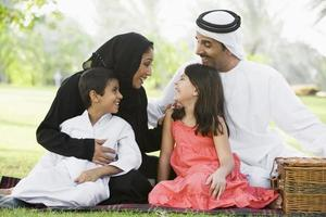 familia del Medio Oriente sentada en un parque