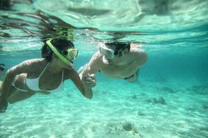 photo sous-marine de couple plongée en apnée