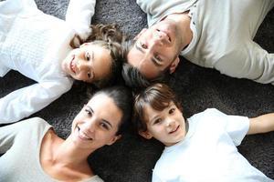 familia feliz tendido en el piso, forma de estrella foto