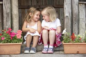twee meisjes spelen in houten huis