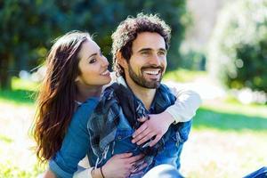 pareja divirtiéndose al aire libre