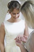mujer joven que muestra el anillo en el dedo foto