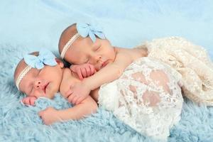 meninas gêmeas recém-nascidas