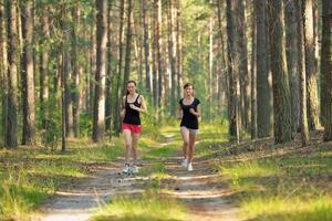dos mujeres corriendo en el bosque
