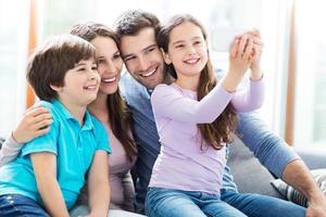 familia tomando fotos de sí mismos