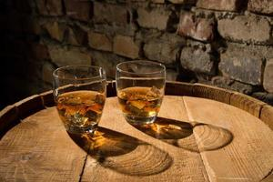 dos vasos de whisky foto
