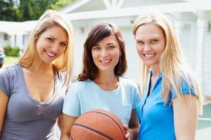 Retrato de mujeres jóvenes jugando partido de baloncesto foto