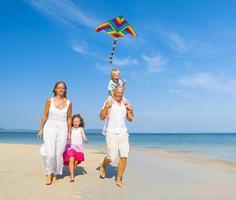 família relaxante na praia