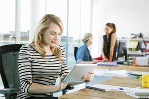 mujer de negocios usando tableta digital foto