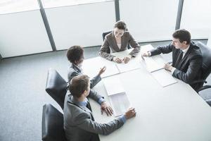 vier mensen uit het bedrijfsleven hebben een vergadering, hoge hoek bekeken