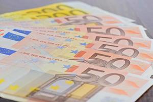 primer plano de los billetes en euros sobre la mesa foto