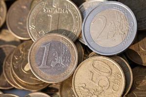dinero de diferentes países en monedas foto