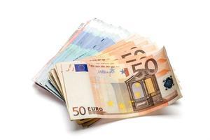 Montón de billetes en euros de diversas denominaciones. aislado en wh foto