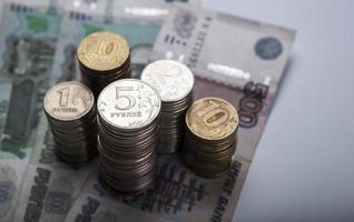 stapels Russische roebels met opmerking