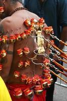 devoto hindú en procesión thaipusam
