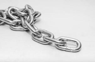 cadena de metal doblada en un montón en blanco foto