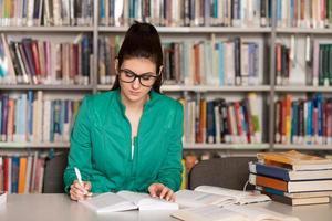 joven estudiante sentada en la biblioteca