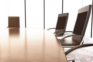sillas y mesa de conferencia en el muro de hormigón