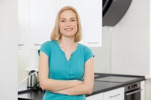 Ama de casa en la cocina. foto