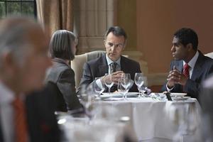 empresarios hablando en la mesa de restaurante