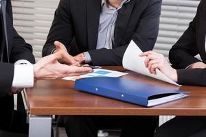 mãos de pessoas de negócios durante reunião no gabinete