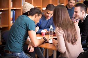 grupo de estudiantes trabajando en equipo foto
