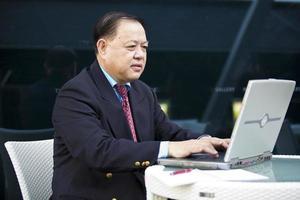 empresário asiático usando laptop pc