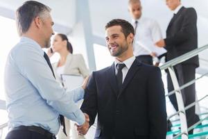 hombres de negocios dándose la mano. foto