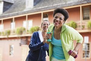 mujeres maduras haciendo ejercicio al aire libre