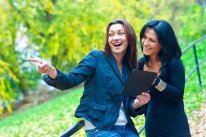 deux amis de femme à l'extérieur